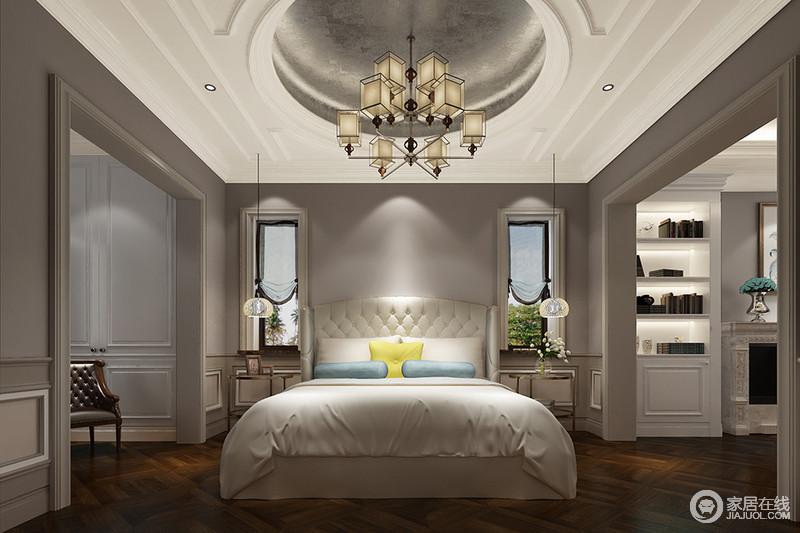 卧室以烟灰色打底,配白色的床品,形成强烈的视觉效果。垭口有效划分了衣帽间和书房的空间区域,圆形天花顶膏线勾勒银箔饰面,对称的窗台、线灯、金属床头柜,演绎了空间的规整大气。