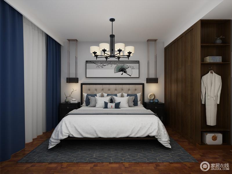 卧室以舒适为主,褐色的实木地板连同衣柜虽然材质不同,但是色彩上的自然古朴,造就了空间的成熟;新中式写意画搭配新中式床头柜,既方便拿取东西,又能点缀出东方之雅;藏蓝色搭配白色窗帘呼应着灰色几何地毯,为空间注入了新东方之雅。