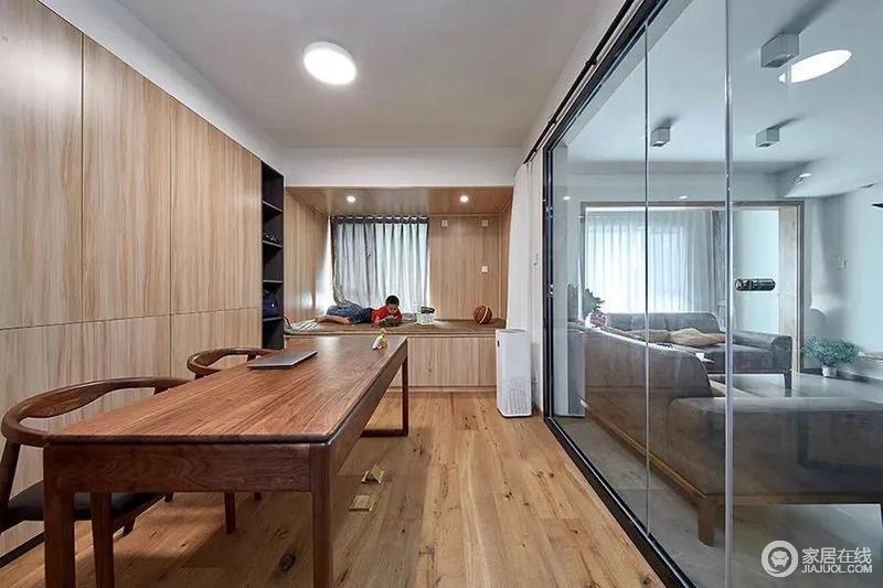 书房以玻璃隔墙的设计,与客厅区域相通的视觉感显得格外的宽敞大方,布置双人书桌,后方的木质收纳柜,整个书房空间充满了自然舒适的温度。