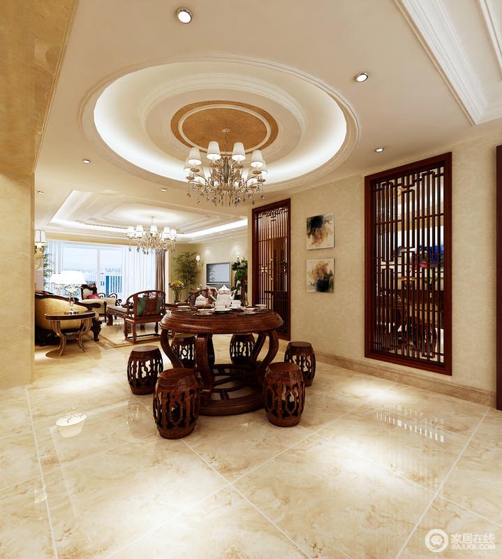 餐厅开放式的设计,自造格局的大气,原本矩形米色吊顶内的圆形造型,随着吊灯的衬托,多了方圆之美;米色砖石的仿旧与墙面漆渲染和暖,搭配胡桃色中式家具,更是多了份东方文化的意境。