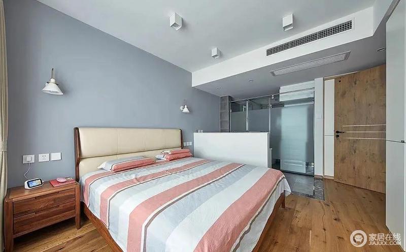简约自然的卧室,以蓝灰色的床头墙,床头墙两侧还有壁灯设计,布置木架床、床头靠背是皮质的设计,置身其中感受到成熟舒适而简约优雅的气息。