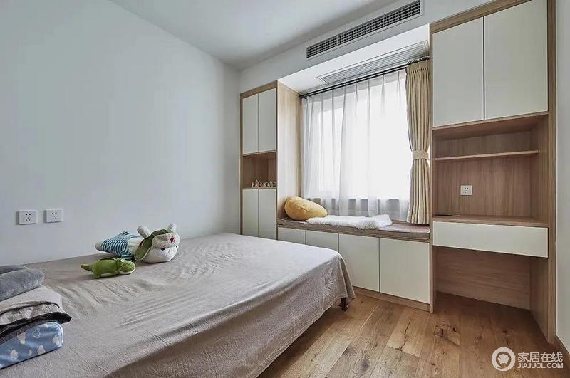 儿童房在原木质感的木地板空间下,靠窗定制了收纳飘窗+收纳柜+书桌组合,木质与白色的空间搭配下,带来的是一种现代自然的舒适与实用体验。