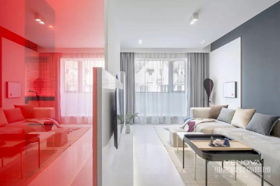 客厅以极简的线与面为元素,电视机墙,电视,玻璃隔断,钟,体块交错,卡其色地毯与暖灰色沙发,让家更温馨。