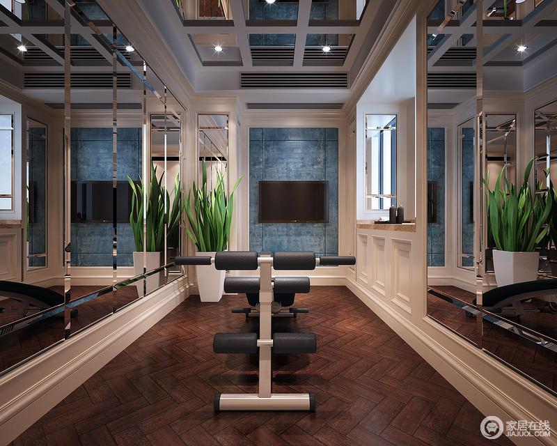 运动的空间需要开阔性,设计师打破格局限制,两侧墙面大面积镶嵌装饰镜,使镜面的相互折射加强空间的纵深疏朗感,同时也有助于健身时观察形体姿态。蓝白的色调清爽舒适,营造愉悦心情。