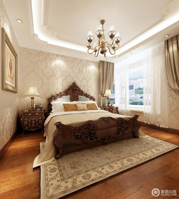 卧室米色浮雕壁纸增加了空间的温馨格调,选择驼色窗帘、地毯和软饰为陪衬,成就了空间的温暖大气;黄铜复古吊灯的小奢华与美式实木家具的厚重感拼凑出了空间美式和谐。