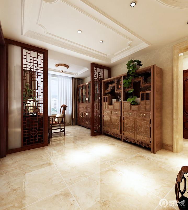 门厅的吊顶起到了划分空间的作用,搭配中式实木镂空屏风,造就空间的东方工艺之美;实木边柜成双成对,不仅实用,还赋予空间中式积淀,满是东方的文化底蕴。
