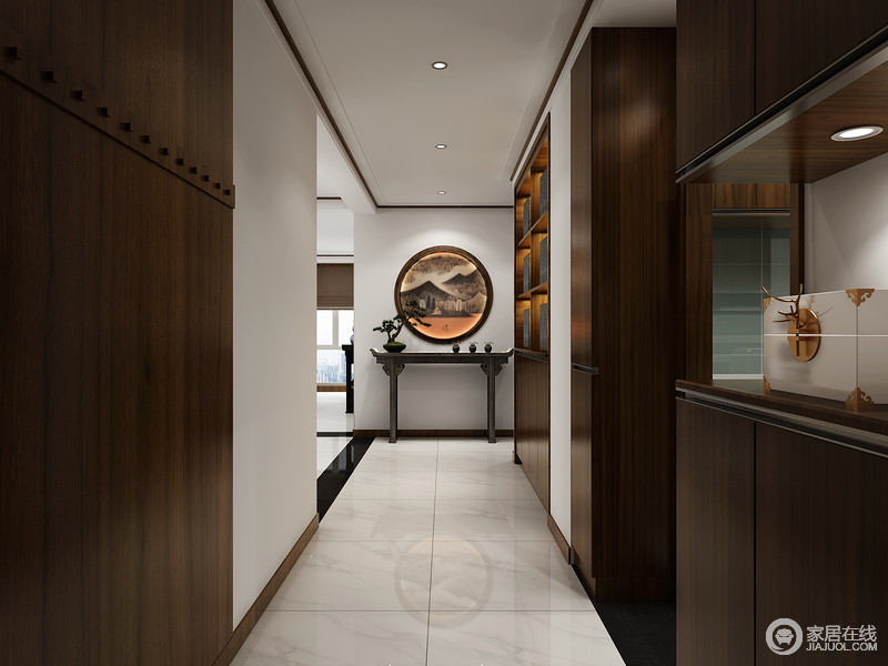 走廊看似狭小,却因为空间和功能做了定制化设计,内嵌式的储物柜、展陈柜既利落又实用性极佳,同时原木的色调自带成熟与内敛;中式岸几和圆形艺术品以方圆的寓意,让生活更多了份内涵,留白的设计更显和谐,让人一回到家,便享受这份雅静。