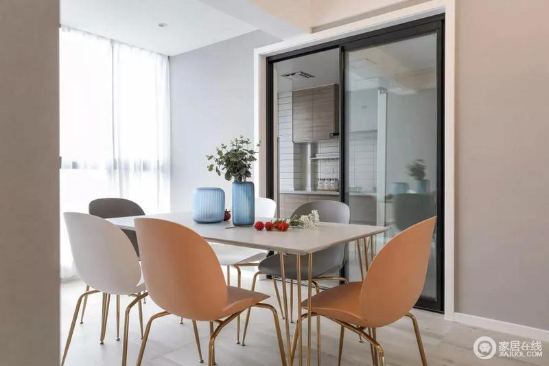整个餐厅与厨房以明确的方式划分空间区域,整洁利落;北欧风的餐椅的个性设计令整个餐厅充满了北欧的气息。