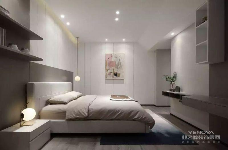 卧室以白色为主,衣柜和背景墙足以奠定空间的白净,在解决了定制的需求后,一副挂画却起到了点睛的作用,缓解了驼色的床品朴素,而悬挂式展陈柜和简约的台灯,贯彻着简约艺术。