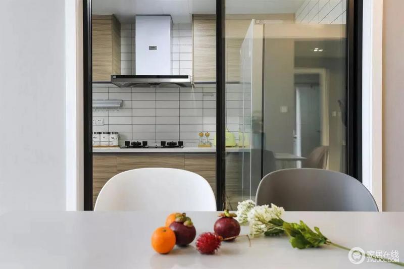 厨房是比较清新雅致的原木橱柜,搭配白色方砖起到视觉延伸的效果,也使整个厨房干净整洁。