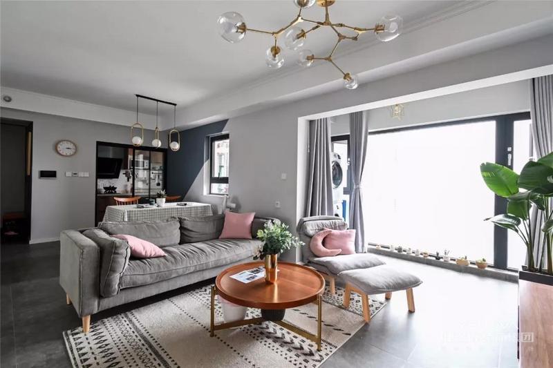 大横厅的格局,客厅网红分子灯与餐厅金属吊灯相呼应,简约而舒适的灰色沙发点缀以粉色抱枕,简单不失活泼。几何图案的地毯,丰富了整个区域的视觉感受。