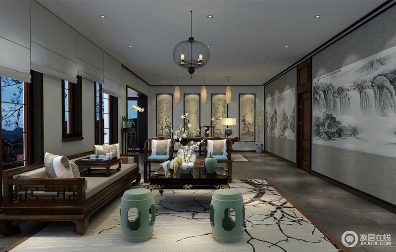 面积非常可观的茶室,墙面和地毯均以水墨国画诗情描绘,诠释出的东方风雅淋漓展现传统文化的内蕴与精神;明清家具庄重优雅,被设计师陈列的舒朗有致,并无形中将休闲与办公划分;空间在端庄稳健中,臻于画境的呈现。