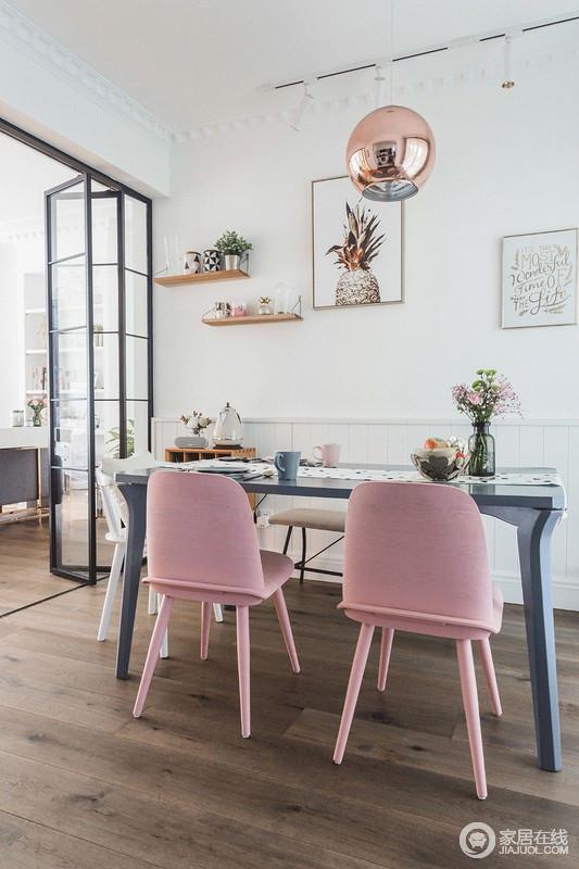 别说,餐厨连成一体的空间,还真就更开阔和大气些;配色依然是大白墙的底色,点缀着些许的脏粉和金色, 小资的生活情趣,就在一点一滴之中展现。