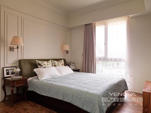 卧室背景墙带着新古典的优雅,衬托着双人床,墨绿色的双人床与浅蓝床品对比渲染,一旁粉色窗帘大胆配搭,构建出温柔轻雅。