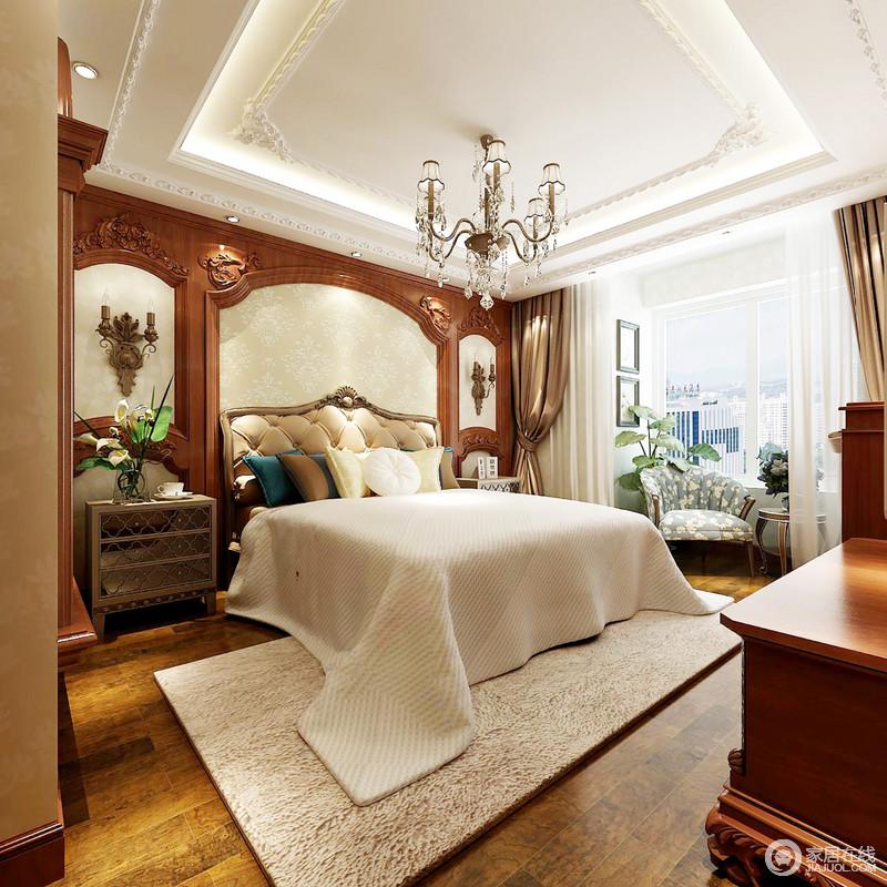 卧室的木框复古结构,搭配木地板、欧式家具,成就了生活所需的稳重和敦实;驼色的地毯和床品装饰期间,搭配水晶灯和深褐色窗帘,调和出了空间的端庄与温婉,一把蓝色花卉扶手椅,调和出了些许清雅,颇为惬意。