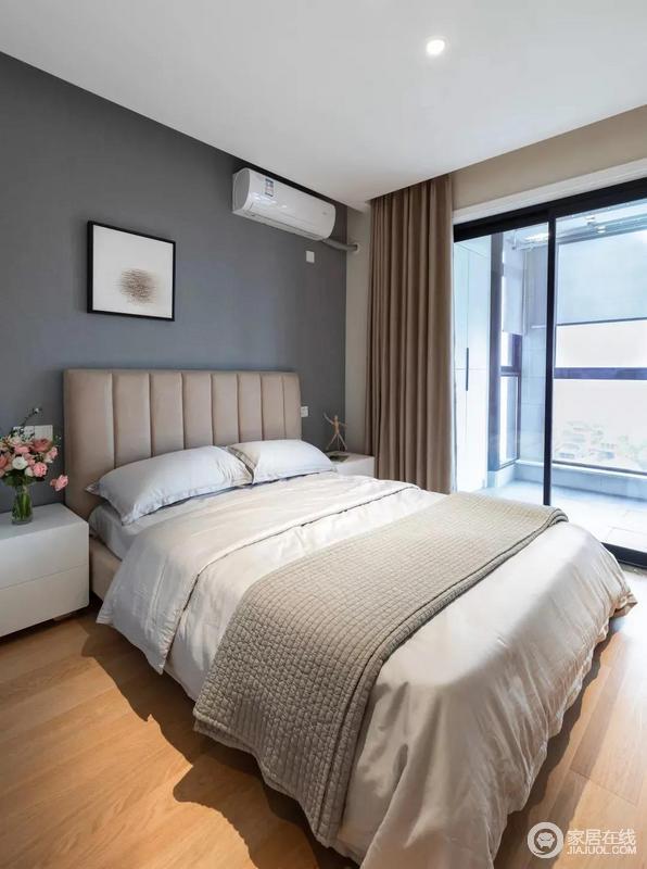 次卧墙面粉刷成深灰色墙面搭配现代风格卧室软装大气经典,再加上小阳台的光线充足十分温馨。