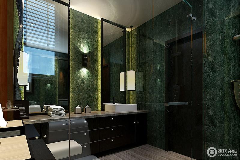 卫生间大胆的使用海藻般的墨绿色,将整个空间营造出海洋风。盥洗台柜面与镜框、门框的黑色使用,更显空间的内敛深邃。灯带所散发出的点光源,使卫浴空间情调满满。