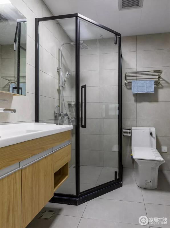 卫生间设计了干湿分离,淋浴房用玻璃门与之分隔。灰色的地砖搭配黑框淋浴门,简洁之外,也更易于打理。