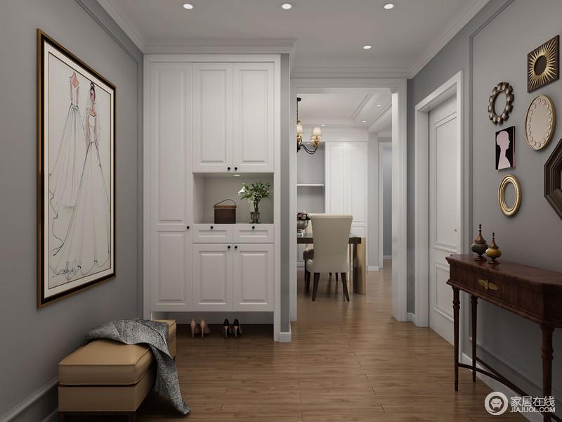 深灰色的墙面搭配白色鞋柜,反差中,延续简单的生活主张,因为主人不喜欢复杂,所以,通过挂画、鞋凳和美式胡桃木边柜来提升生活的舒适度,墙面装饰品却点缀出艺术的变化,让生活也不枯燥。
