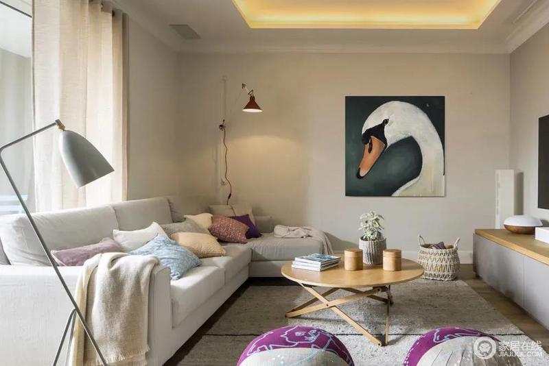 整个空间以浅色系为主,在隐藏暖光灯带的空间氛围下,墙面挂一幅独特的鹅头装饰画,结合简约舒适的沙发茶几布置,也显得更加从容情趣。
