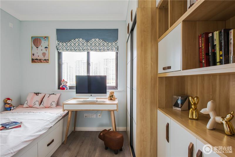 儿童房做了榻榻米和成套的柜子,既能满足收纳需求,也不影响休息,北欧书柜的别致搭配蓝白田园风的窗帘,多了幽静。