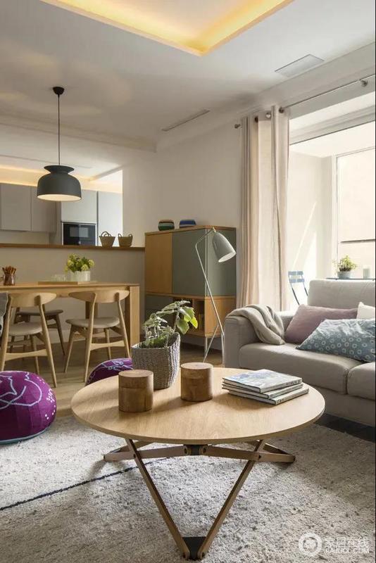 木质的几何茶几加上灰色布艺沙发、搭配朴素的木质装饰与编制花篮,让空间显得更加自然舒适而情趣。