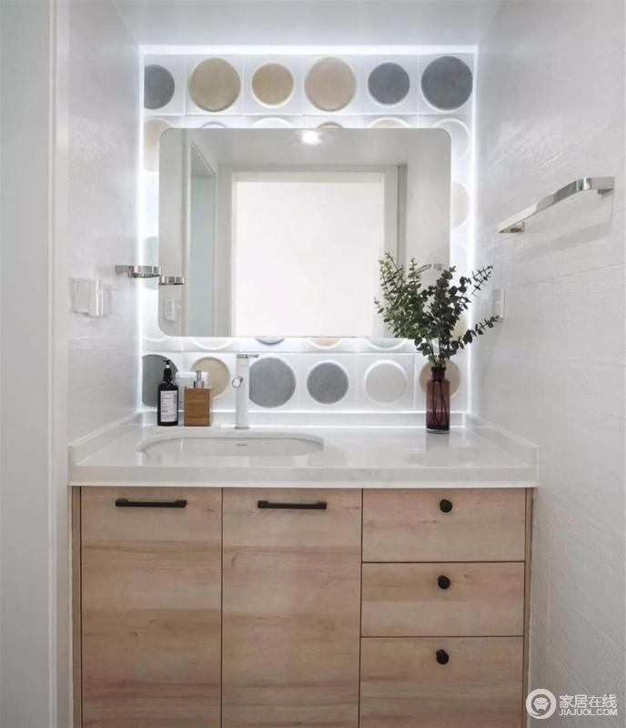 卫生间采用干湿分离,提高生活品质和干净程度,木质浴室柜搭配白色台面,为空间注入一份温暖,镜面后方选用低饱和度的彩色圆形图案砖来点缀,构建北欧轻快。