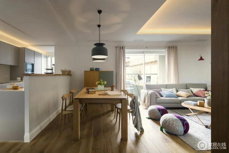 开放式餐厅,与客厅在同一空间,原木质感的餐桌椅,餐桌上方装着独特的吊灯,餐桌上简约精致的摆饰品布置,整个空间给人的感觉也是淡雅而情趣。