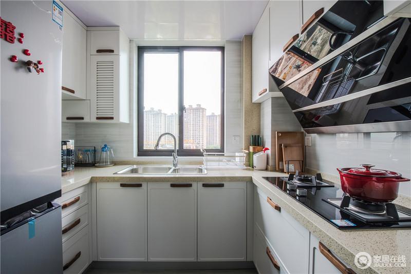 厨房采用了U型橱柜,灰色木纹地板层次丰富,白色的柜门和古朴的把手简约精致,足够实用。