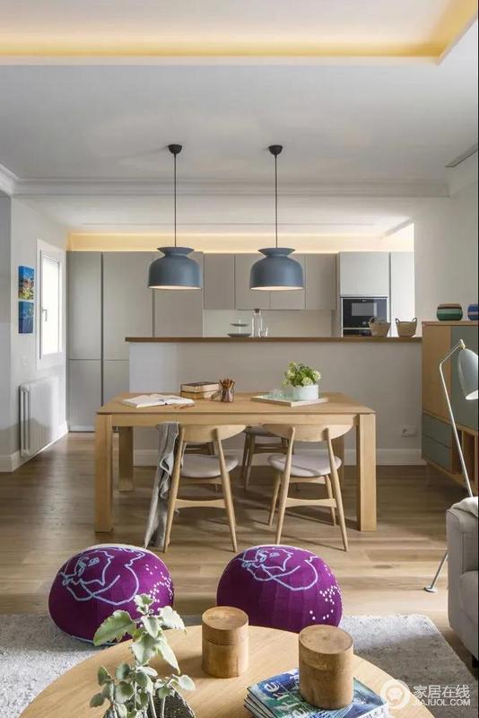 餐厅与客厅之间以两个紫色的布艺坐垫为隔断,增加了空间的情趣与艺术气质,因为北欧的餐吊顶逾显大气。