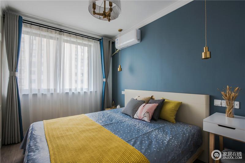 卧室用了深蓝色营造静谧的休息氛围,黄色毛毯和白色纱幔作为点缀,调和出空间的色彩明快和大气。