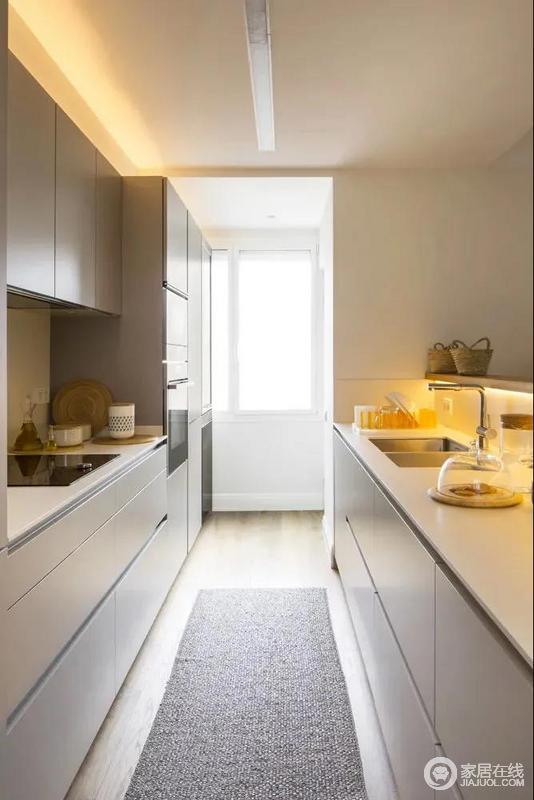 厨房以二字型的操作台布置,整体白色的橱柜,靠窗位置加入电器柜组合,而在矮墙台面底部也是加入灯带设计,让操作台显得明亮而简约温馨,做起饭来也更加轻松有趣。