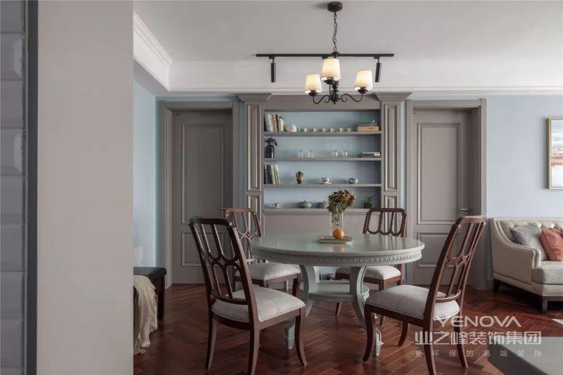 木色与浅灰蓝的色调给人以宁静的感觉,局部的跳色设计形成一个对比。