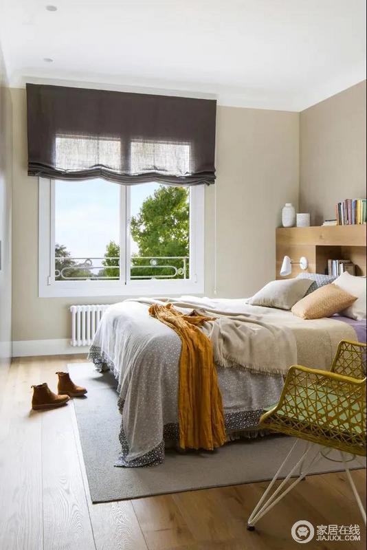 卧室在暖灰色的墙面空间与地毯,布置简洁素雅的床单摆饰,在简约舒适的空间里,显得更加温雅情趣。