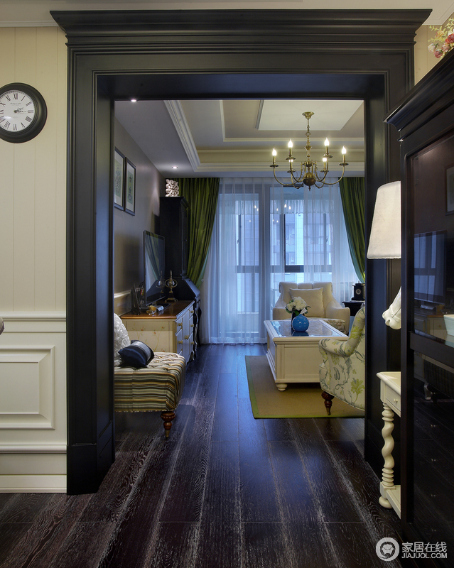 通向休闲室的一道门,白色纱窗让外边的景色若隐若现,绿色窗帘带给人自然之光,与走廊上的台灯作为照明和装饰的之用,让空间明暗有别。