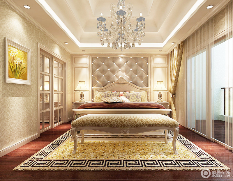 卧室的吊顶以层叠的设计来彰显建筑之美,灯带和水晶灯组合出了璀璨之光;背景墙的软包搭配石膏造型规整而不失奢贵,床头柜和台灯以对称的方式,展现了空间的中正,却与古典风的床尾凳、地毯等软装,凑成空间的奢华。