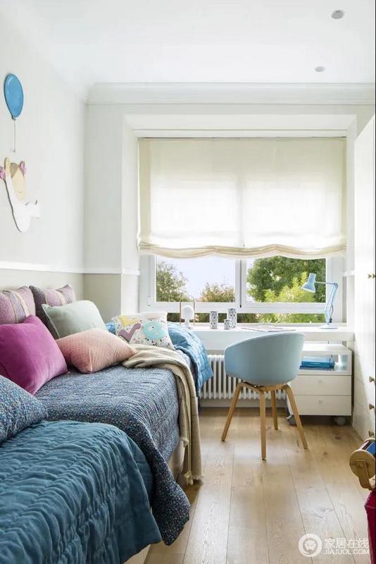 儿童床因为彩色靠垫多了幻彩感,十分温馨;靠窗布置书桌给空间带来足够的采光,与马卡龙色系的空间配色组合,显得从容而闲适。