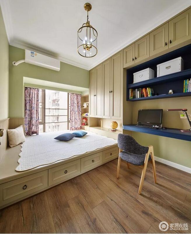 卧室的书桌、书架与衣柜、榻榻米床组合一体设计,在木质感的地板衬托下,整个空间都显得实用而又大方。