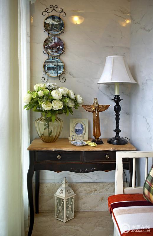 阳台以白色大理石来铺贴墙面,而实木桌上白色玫瑰花首先映入眼帘,作为装饰品立在桌子上,增加了精致不说,与饰品构成和谐。