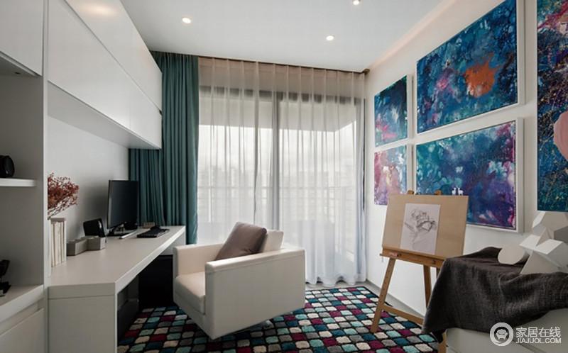 书房结构规整,以定制地白色连体柜从收纳到学习都无一例外展示着生活的实用哲学,并营造一种宁静感;现代感的沙发质感上乘,裹挟着彩色方块地毯和蓝白窗帘,调和出生机,蓝色调的挂画组合与一旁的画架足以展示出主人爱艺术的生活态度。