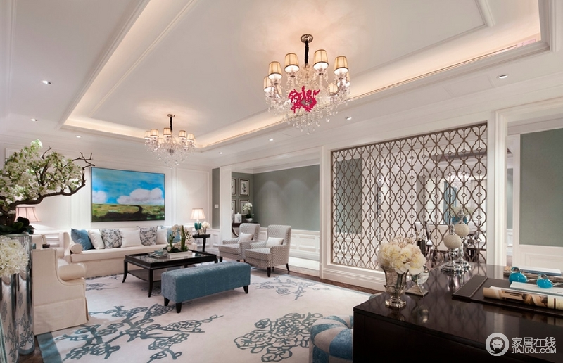 米色的布艺沙发、古典的地毯以及淡雅的花卉搭配,富有传统美式的复杂感,给人个性又不失优雅之感。