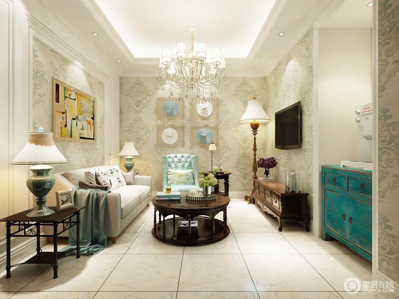休闲室线条简洁,浅色浮雕壁纸与整个白色结构的空间相呼应,营造出了一个清暖、柔和的生活氛围;墙面不同的风景画表达了不同的艺术风情,美式实木家具的棕褐色调和出了稳重,与浅灰色沙发和蓝色扶手椅裹挟出了轻奢;美式木质落地灯和蓝色釉面陶瓷台灯,镌刻出精致,独显生活的品质。