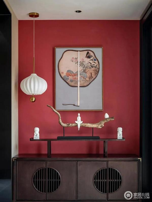 进门引入眼帘的是玄关,中国红背景墙搭配古色古香的博古架,搭配禅意十足的摆件,极具设计感的吊灯、东方新韵的挂画,让人感受这新中式设计的雅静和摩登。