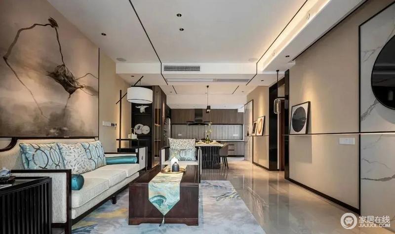 整个空间一体式设计减少了空间上的局限,更为开放和自由,驼色的空间氛围,再搭配错落有致的新中式家具,给人一份淡暖与沉静;家具的陈列以对称为主,延续东方设计讲究的和谐之意。