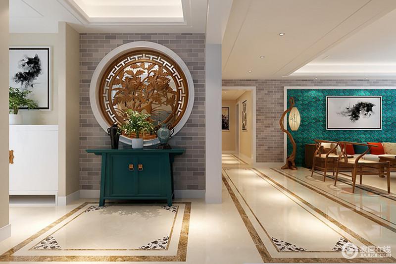 玄关利用仿古砖堆砌出典型中式建筑形式,圆形镂空木雕又借鉴园林设计的造诣,将其移入室内,重点突出传统之美。