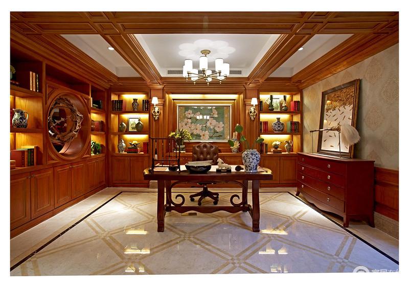 书房的吊顶以实木框为结构,与地面的菱形构成几何美学;棕黄色的原木书柜定制性设计兼具功能性,满足收纳与展陈,新中式书桌与欧式边柜混搭出不一样的艺术氛围,让你沐浴在安静而别致的空间,体验文化的滋润。