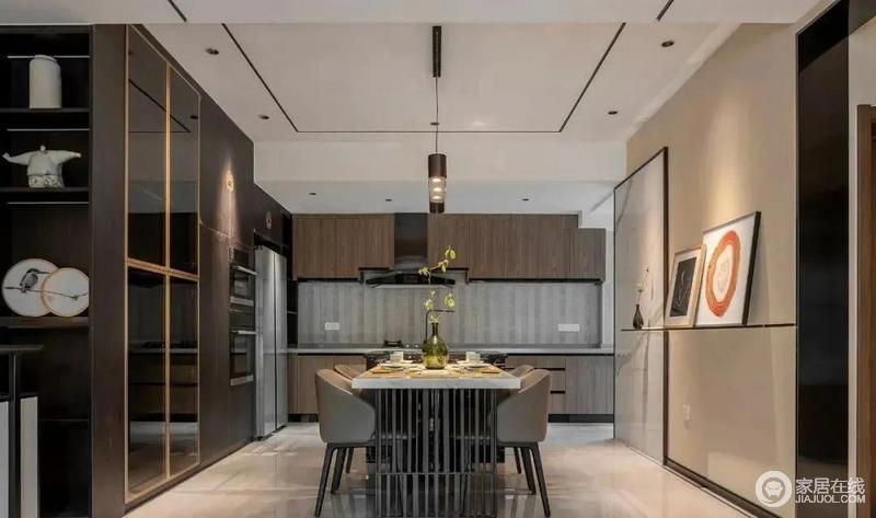 餐厅融合了现代轻奢的质感与古典东方的雅致,定制餐边柜采用深木色调搭配金色的柜门边框,营造出优雅且高级的用餐氛围,新旧设计间,尽显中式大气。