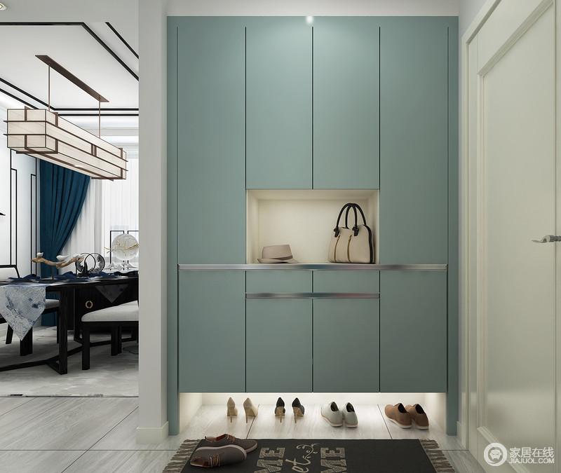 门厅结构利落而不拖沓,因为墙面的缘故起到了简单的分区,十分得体合理;蓝色鞋柜嵌入式设计既满足功能性需求,又大方美观,尽显生活的品质。