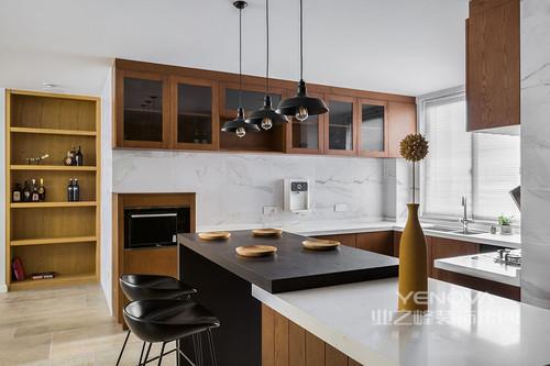 厨房的设计打破了传统的厨房设计,将时尚与使用的结合,简单和现代化,白色砖石铺贴在墙面,显得干净简洁;褐色实木吊柜和橱柜组合出实用主义倡导的方式,足够满足收纳,而吧台台面的黑白之色带着时尚,与吧凳和木质餐器,让主人生活在一种自然之美中。