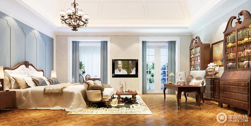 卧室在颜色的设计上采用白色吊顶与棕褐色木地板形成对比,冲撞之中,渲染了空间的和暖;背景墙蓝色铆钉造型设计颇为轻贵,与胡桃木美式床、床尾凳,打造了一个舒适的休息区,再加上米色软装的陪衬,足显温馨;古典厚重地书柜成对出现,让藏书成为一种习惯,曲线感地书桌应和出了精致、安谧的氛围。
